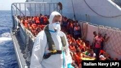 2014年8月,大批難民在意大利西西里外一艘船上等候救援。
