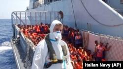 Afrika'dan gelen mültecilerin Avrupa'ya ilk adım attıkları yer coğrafi konumu nedeniyle genelde İtalya açıklarındaki Lampesuda Adası oluyor.