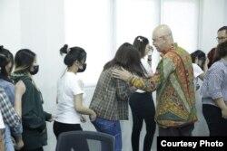 Empat belas warga Indonesia yang menjadi korban pengantin pesanan dari Tiongkok di Kementerian Luar Negeri, Senin, 2 September 2019. (Foto: Biro pers Kementerian Luar Negeri)