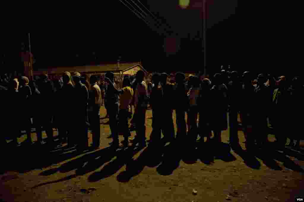 Some voters began lining up Sunday night at the Olympic primary school polling station in Kibera, Kenya, March 4, 2013. (R. Gogineni/VOA)