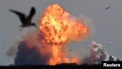 Pesawat antariksa milik SpaceX, Starship SN9, meledak setelah uji terbang dari fasilitas pengujian di Boca Chica, Texas, Senin, 2 Februari 2021. (Foto: Gene Blevins/Reuters)