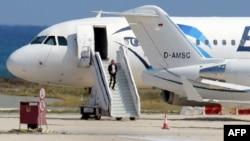 一名据信为劫机犯的男子在塞浦路斯向警方投降走下埃及空客A-320客机 (2016年3月29日)