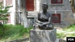 펄 벅 여사의 동상.