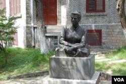 纪念馆旁的赛珍珠塑像 (美国之音林森)