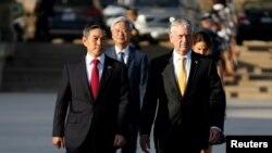 2018年10月31日时任美国防长的马蒂斯欢迎韩国防长郑景斗访问五角大楼(路透社)