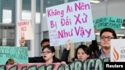 Ngày 11/4/2017 Cộng đồng người Mỹ gốc Việt phản đối việc Bác sĩ David Đào bị lôi khỏi máy bay của United Airlines.