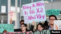 Người Mỹ gốc Á biểu tình phản đối sau khi bác sỹ David Dao bị nhân viên hãng hàng không United Airlines lôi ra khỏi máy bay một cách thô bạo.
