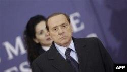 Thủ Tướng Ý Silvio Berlusconi đang bị áp lực ngày càng tăng để ông phải rời bỏ chức vụ