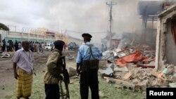지난 12일 소말리아 모가디슈의 폭탄테러 현장을 군인들이 수색하고 있다.
