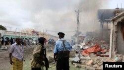 Tentara Somalia melihat dari kejauhan serangan bom bunuh diri di Mogadishu, Somalia (12/7). (Reuters/Omar Faruk)