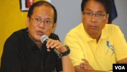 Benigno 'Noynoy' Aquino (kiri) dan pasangan Cawapres Mar Roxas dalam kampanye di Manila.