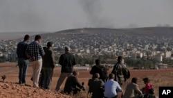 2014年10月15日,民眾聚集在土敘邊界附近的蘇魯克郊外山頭,觀看敘利亞庫爾德人和伊斯蘭國極端分子在敘利亞的科巴尼交戰。