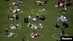 Warga di Kota New York berjemur di taman mengikuti aturan social distancing.