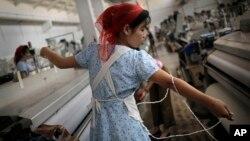 지난 7월 북한 김정숙평양방직공장에서 한 여성 노동자가 실을 뽑고 있다.