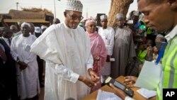 L'opposant Muhammadu Buhari arrive à un bureau de vote dans la ville de Daura, au Nigeria, le 28 mars 2017.