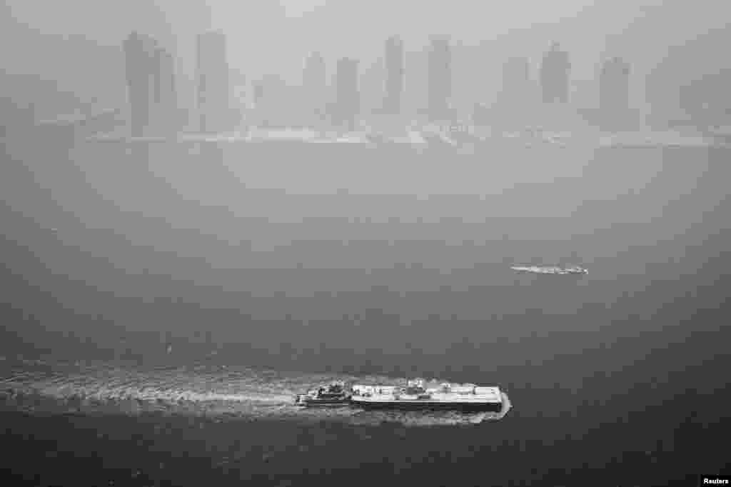 نیو یارک میں اقوام متحدہ کی عمارت سے لی گئی تصویر میں مشرقی دریا اور مین ہیٹن پر بادل اور دھند چھائی ہوئی ہے۔