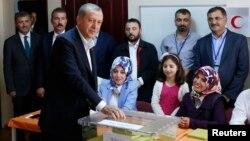 ປະທານາທິບໍດີ ເທີກີ ທ່ານ Tayyip Erdogan ລົງຄະແນນສຽງ ຢູ່ໜ່ວຍປ່ອນບັດເລືອກຕັ້ງສະພາ ທີ່ນະຄອນ Istanbul. 7 ມິຖຸນາ 2015