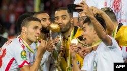 Les joueurs du Wydad Casablanca célèbrent avec leur trophée après avoir remporté la finale de la Ligue des champions de la CAF contre Al-Ahly d'Egypte, au stade Mohamed V, Casablanca, 4 novembre 2017.