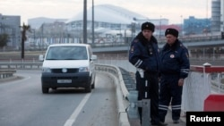 Polisi Rusia mengawasi lalu lintas di kota Sochi, lokasi pesta Olimpiade Musim Dingin yang akan dimulai bulan Februari 2014 (7/1).