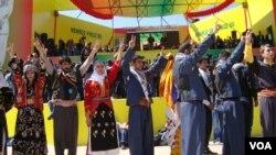 21일 터키 동남부 디야르바키르에서 주민들이 쿠르드 반군의 휴전 선언을 축하하고 있다.