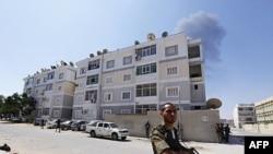 Повстанцы взяли под охрану жилое здание в одном из районов Триполи. 25 августа 2011 года