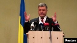 페트로포로셴코우크라이나대통령이 20일 베를린에서 4개국 정상회담을 마친 후 기자회견에서 발언하고 있다.