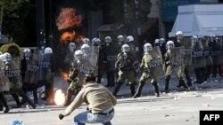 Người biểu tình ném bom xăng vào cảnh sát tại Athens, ngày 20/10/2011