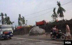 Jalur antara Magelang dan Yogyakarta juga rusak karena banjir lahar dingin.