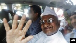 印度社会活动人士安纳.哈扎尔8月16日被警方拘捕后在汽车里招手