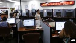 人们用电脑找寻工作机会