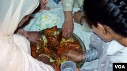 شادی پر کھانے کی مرغن کھانوں کی دعوت۔ تصاویر حبیب اللہ نقاش
