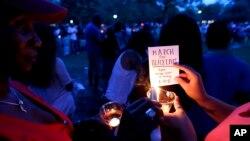 Một buổi cầu nguyện cộng đồng vào ngày thứ Sáu được tổ chức tại một sân vận động gần nhà thờ nơi vụ nổ súng xảy ra.