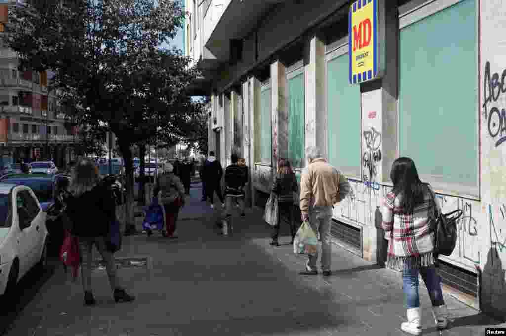 اٹلی کی ایک سپر مارکیٹ کے باہر لوگ ایک دوسرے سے کم از کم 6 فٹ کی دوری پر قطار میں کھڑے ہیں۔