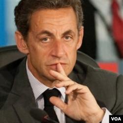 Popularitas Presiden Nicolas Sarkozy anjlok ke tingkat terendah akibat usulannya mengenai reformasi sistem pensiun.