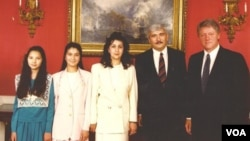 1993-yil, Vashington: O'zbekistonning AQShdagi elchisi Bobur Malikov oilasi bilan Oq uyda AQSh rahbari Bill Klintonga ishonch yorlig'i topshgirgan kun