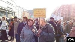 4月13日莫斯科捍衛言論自由集會標語:受夠了謊言,胡說八道和殘暴宣傳(美國之音白樺拍攝)