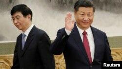 2017年10月25日,北京人民大會堂,中共新政治局常委亮相,王滬寧在中國國家主席習近平後面走過。