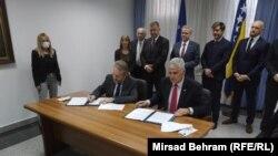 Potpisivanju sporazuma prisustvovali su i visoki predstavnik u BiH Valentin Inzko, američki ambasador Eric Nelson, britanski ambasador u BiH Matthew Field i šef Delegacije EU u BiH Johann Sattler