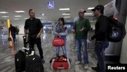 Los migrantes cubanos viajaron de Costa Rica a Estados Unidos por avión y autobús a través de Centro América y México.