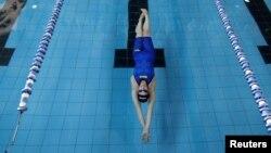 Une nageuse s'entraîne dans une piscine olympique près de Bethlehem, le 27 juin 2016.