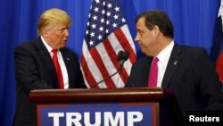 """En el mismo evento, Trump rechazó un posible respaldo de Mitt Romney """"aunque se lo ofreciera"""" y prometió que si gana la presidencia facilitará las demandas contra los periódicos."""
