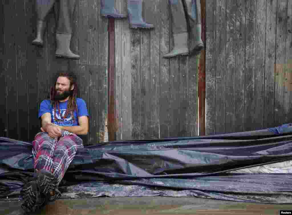 8일 헝가리 부다페스트 서부 지역 홍수 피해 지원을 나온 자원봉사자가 휴식을 취하고 있다.