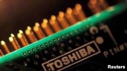 Foto ilustrasi memperlihatkan logo Toshiba dalam sebuah papan sirkuit, 31 Juli 2012. (REUTERS/Yuriko Nakao)
