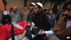 دھماکے سے زخمی ہونےو الے ایک شخص کو ہسپتال لایا جارہا ہے