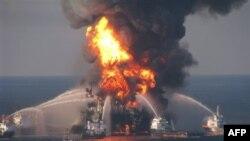 Пожар на нефтяной платформе Deepwater Horizon (архивное фото)