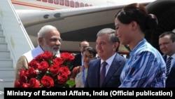 烏茲別克斯坦總理米爾濟約耶夫(中)星期四被議會任命為新的代理總統。圖為米爾濟約耶夫早前機場迎印度總理莫迪資料照。