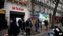 Ljudi stoje ispred ulaza u koncertnu dvoranu Bataclan nakon obilježavanja treće godišnjice napada u Parizu 2015. u kojem je ubijeno 130 ljudi u Parizu.