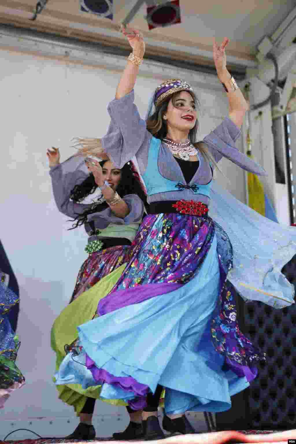 «آوا» رقصنده و رقص نگار جوان ایرانی در سه بخش از برنامه روی صحنه رفت.