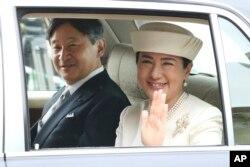 나루히토 일본 왕세자와 마사코 비가 지난달 30일 아키히토 국왕의 퇴위식에 참석하기 위해 도쿄 왕궁에 도착하고 있다.