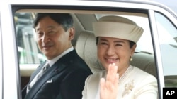 나루히토 일본 황세자와 마사코 비가 지난달 30일 아키히토 국왕의 퇴위식에 참석하기 위해 도쿄 왕궁에 도착하고 있다.